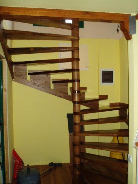 дървена вита стълба